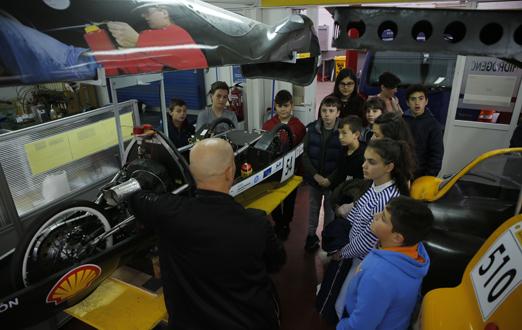 Alumnos visitando los talleres del IES Alto Nalón de Barredos durante las jornadas de puertas abiertas.