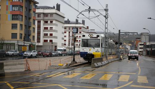 Tren de FEVE a su paso por las obras del soterramiento en La Felguera.