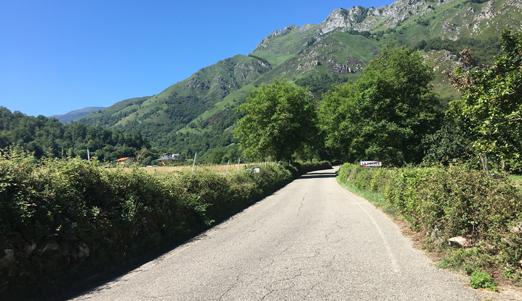 Carretera de Rioseco a Soto de Agues (SC-2) a la altura de La Polina.