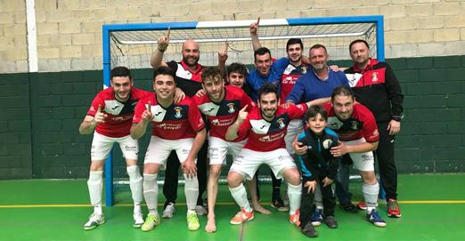 Jugadores y cuerpo técnico de Los Coyanes celebrando el ascenso.