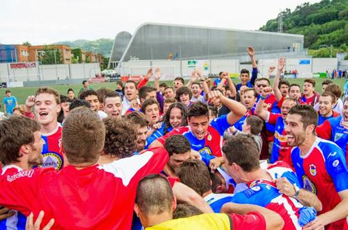 Jugadores y aficionados del UP Langreo celebrando el ascenso a Segunda B. Foto: www.futbolasturiano.es