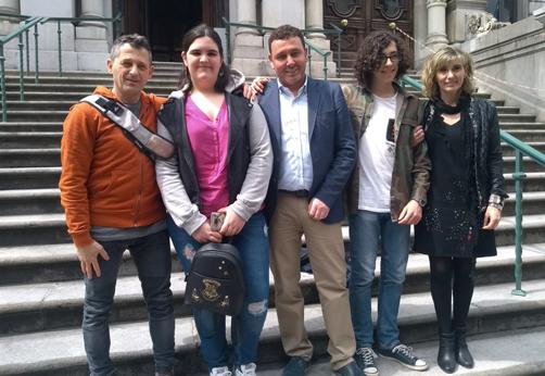 Erika Durán y Pedro García flanqueando al alcalde y acompañados de los funcionarios de servicios sociales del ayuntamiento.
