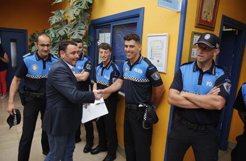 El alcalde de Laviana recibe y saluda a los nuevos agentes que se incorporan a la policía local del concejo.