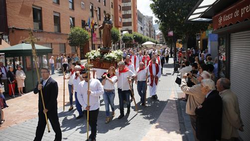 Procesión de las fiestas de Santiago Apóstol el pasado año por las calles de Sama.