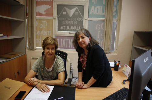 Elena Ocejo, nueva directora del Centro Asesor de la Mujer de Langreo y Etel Vázquez, su antecesora en el cargo.