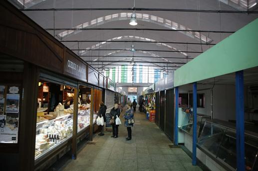 Interior de la plaza de abastos de La Felguera.