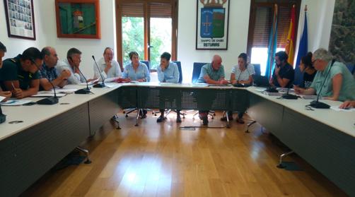 Reunión en el ayuntamiento de Caso para diseñar el dispositivo de seguridad durante los festejos del Día de Asturias en el concejo.