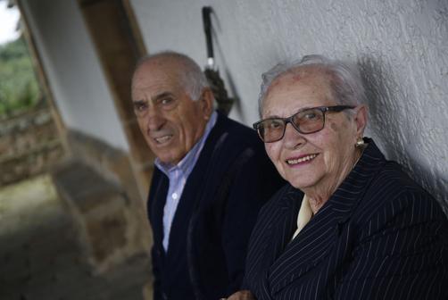 Vicente Gutiérrez y Pacita  García en el exterior de la ermita de El Carbayu.