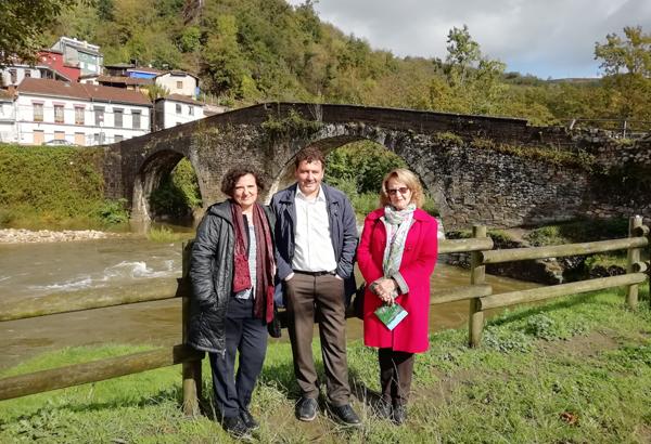 Berta Piñán acompañada por el alcalde Julio García e Inés Álvarez durante su visita a Puente de Arco.