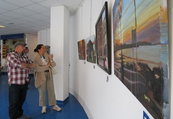 Exposición 'Mis rincones' de Tante Blanco (a la izquierda) en Espacio La Plaza de Sotrondio.