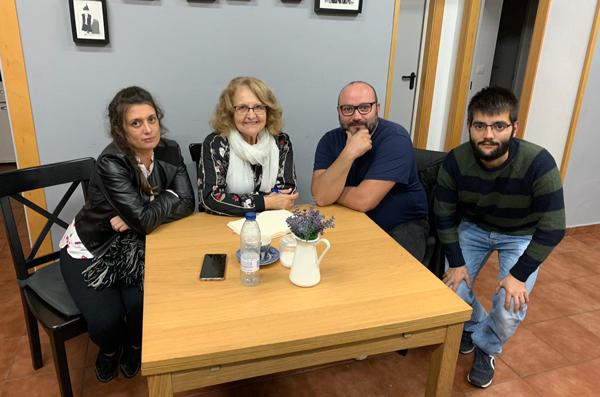 Inés García, segunda por la izquierda, con representantes de la Asociación de Vecinos en el centro social de Carrio.