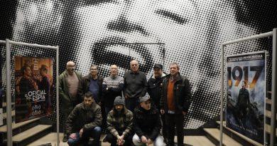 Miembros de la tertulia cinematográfica Sala Oscura en el cine Felgueroso de Sama.