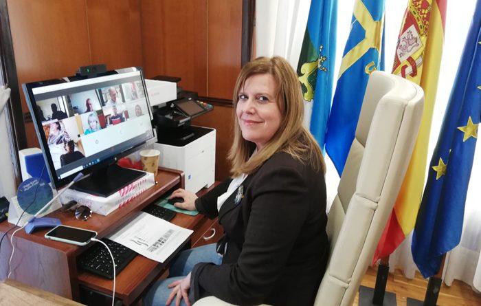 La alcaldesa de Langreo, Carmen Arbesú, durante la reunión de la Mesa Social de Langreo.