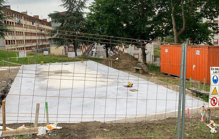 obras de construcción del nuevo centro social de La Reguera, en Langreo.