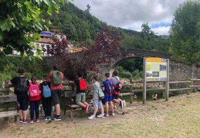 Niños y niñas participantes en la escuela de verano visitando Puente d`Arcu.