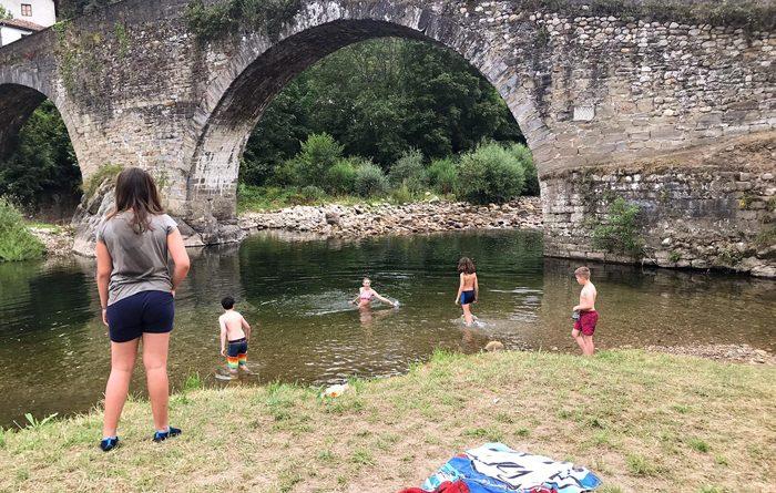 Niños y niñas durante una de las actividades de la escuela de verano de Laviana.