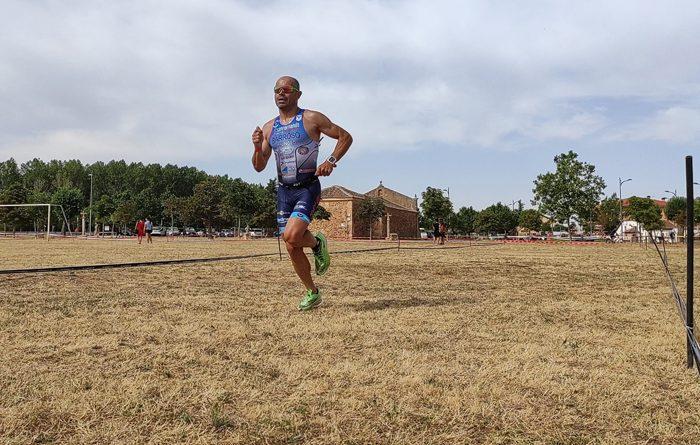 Fernando Barroso durante el triatlón de Riaza (Segovia).