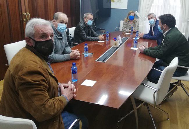 En la foto, los alcaldes de Caso, Sobrescobio, Laviana y San Martín del Aurelio; la alcaldesa de Langreo; y el gerente del Área Sanitaria VIII del Sespa, reunidos en el Ayuntamiento de Langreo.