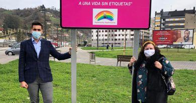 Simón Marcos, coordinador de Ciudadanos en el concejo y Gema Suárez Torre, concejala de Igualdad en entrada de El Entrego donde se colocó una de las señales.