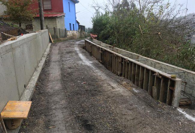 Obras de reparación en la escombrera de la carretera del Picu La Sierra.