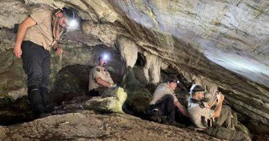 Integrantes de Los Bribones en la cueva donde se produjo el hallazgo.