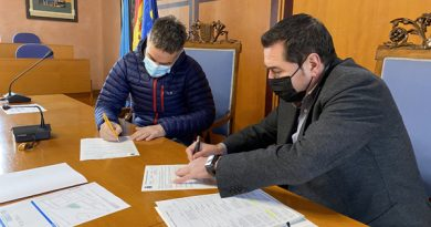 El alcalde en funciones, Honorino Montes, y el promotor inmobiliario, Rafael Cadenas durante la firma del acuerdo