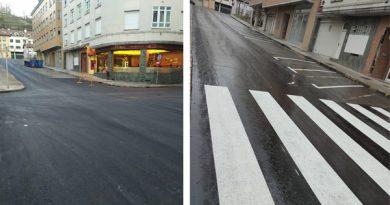 Obras de pavimentación del asfalto en la calle Oviedo de Pola de Laviana.