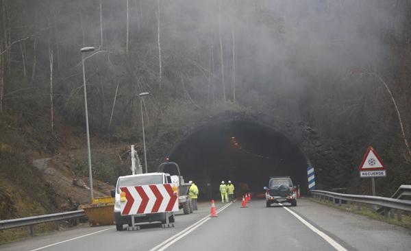 Obras en el túnel del corredor del Nalón en Sotrondio.