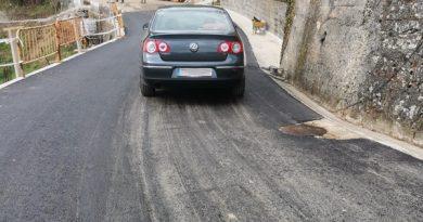 Carretera de acceso a Cocañín tras su reparación.