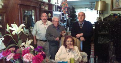 Onofre Rojo acompañado de su esposa y sus dos hijos.
