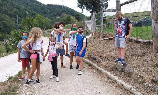Niños y niñas participantes en actividades al aire libre el pasado verano.