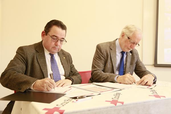 Momento de la firma de la renovación de la colaboración entre Cruz Roja y Caja Rural de Asturias.