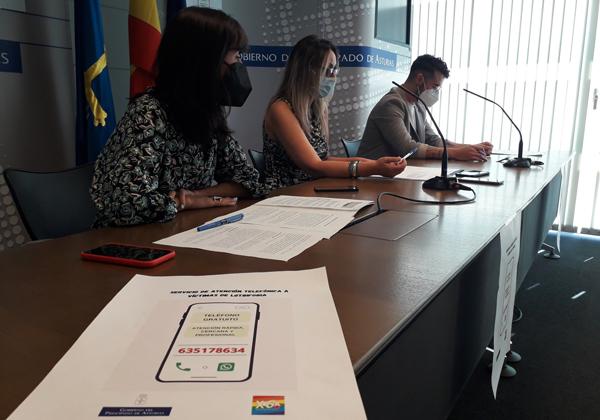 De izquierda a derecha, la directora General de Juventud, Diversidad Sexual y Derechos LGTBI, Clara Sierra; la consejera de Presidencia, Rita Camblor, y el responsable del teléfono de atención, Iván Gómez.