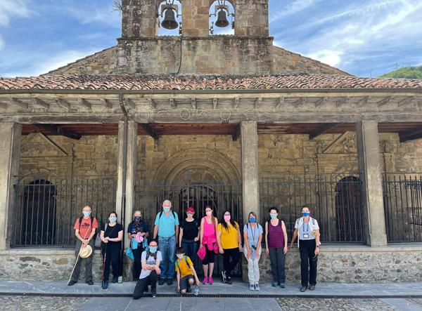 Grupos de participantes en una de las rutas de 'Caminando por Laviana'.