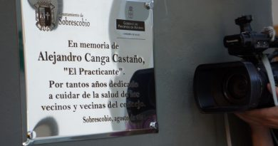Placa en recuerdo a Alejandro Canga en el consultorio médico de Rioseco.