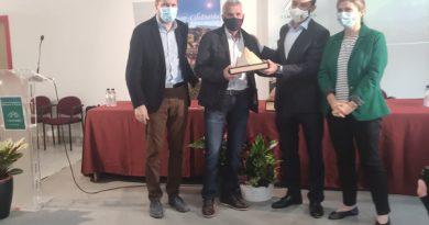 Marcelino Martínez, alcalde de Sobrescobio, recogiendo el distintivo que acredita al concejo como capital de los municipios de montaña de España durante 2022.
