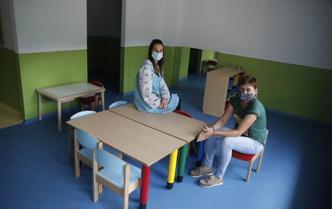 La directora de la escuela de 0 a 3 y la concejala Tensi Carmona, en el interior de una de las aulas