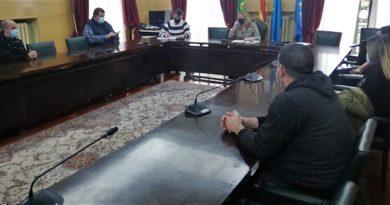 Reunión en el ayuntamiento de Langreo de representantes de autónomos y hosteleros con el equipo de gobierno del concejo.