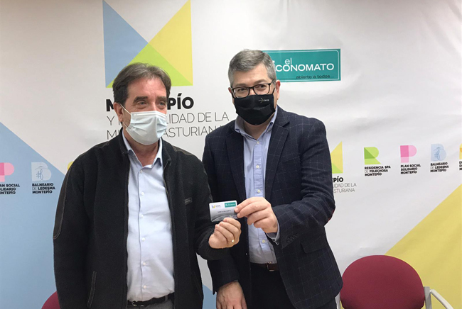 El Presidente del Montepío, Juan José Glez. Pulgar (izquierda) y José Ramón Ceñera, Consejero delegado de El Arco, tras la firma del acuerdo.