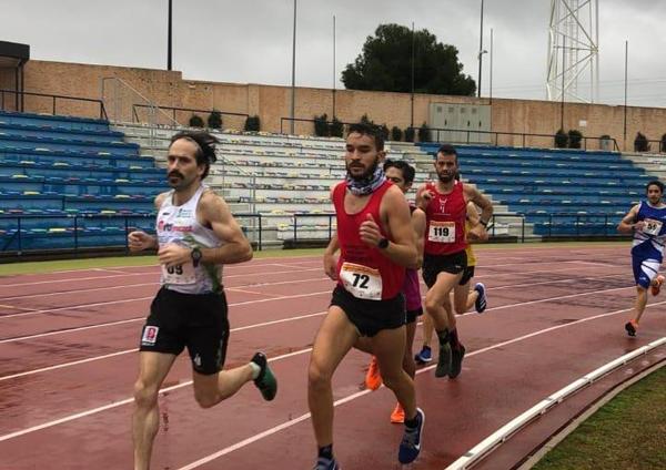 Chus Fernández (izquierda) durante el Campeonato de España de Atletismo Adaptado celebrado en San Fernando (Cádiz).