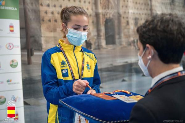 Beatriz Palleiro, recogiendo una de las medallas que consiguió en el Campeonato de España.