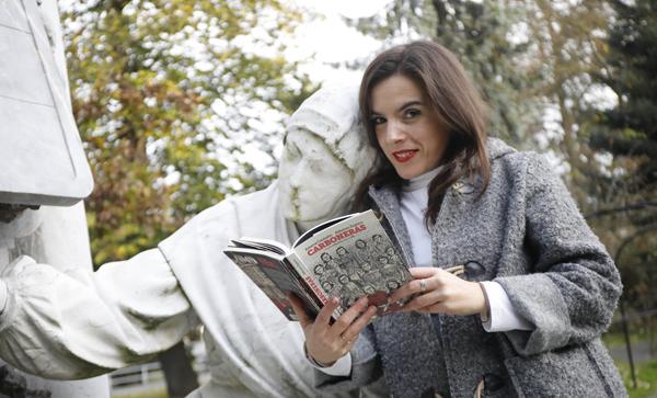 Aitana Castaño con uno de los ejemplares de su último libro 'Carboneras'.
