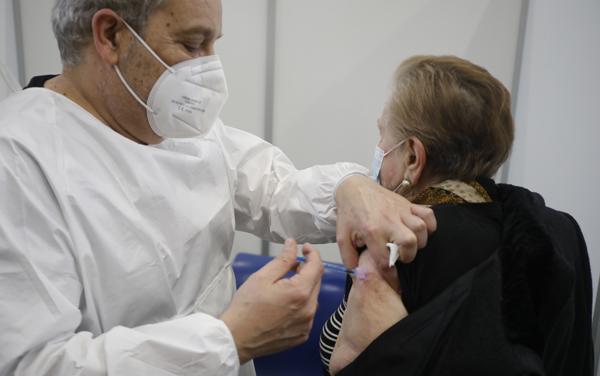 vacunacion de ancianos en la estacion de autobuses de la felguera covid coronavirus vacuna 25/2/2021 foto: juan carlos roman