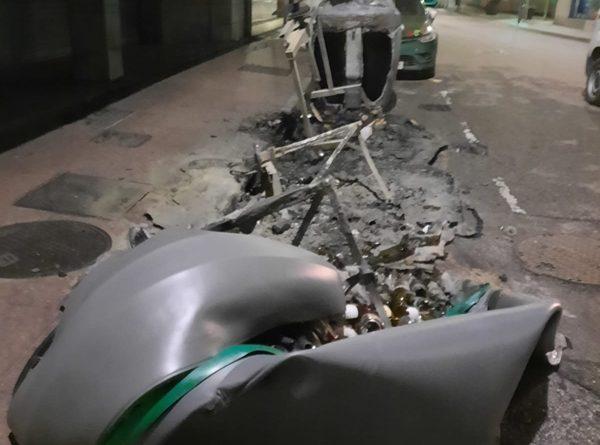 Contenedores quemados en la calle Alonso Nart de Sama.