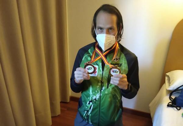 Chus Fernández con las medallas conseguidas en el Campeonato de España.