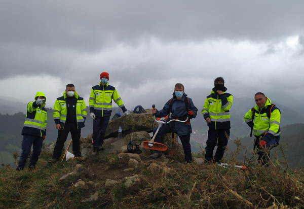 Alumnos del Programa Ocúpate de San Martín encargados de la limpieza de sendas y montes.