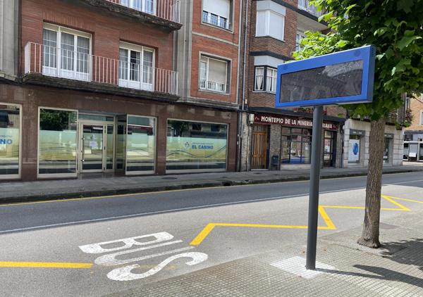 Panel informativo digital en la parada de autobuses de Sotrondio.