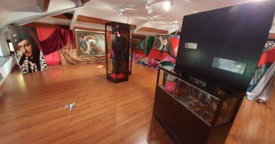 Muestra de la exposición 'Sin Fronteras' en el interior de La Casa de los Alberti de Ciaño.